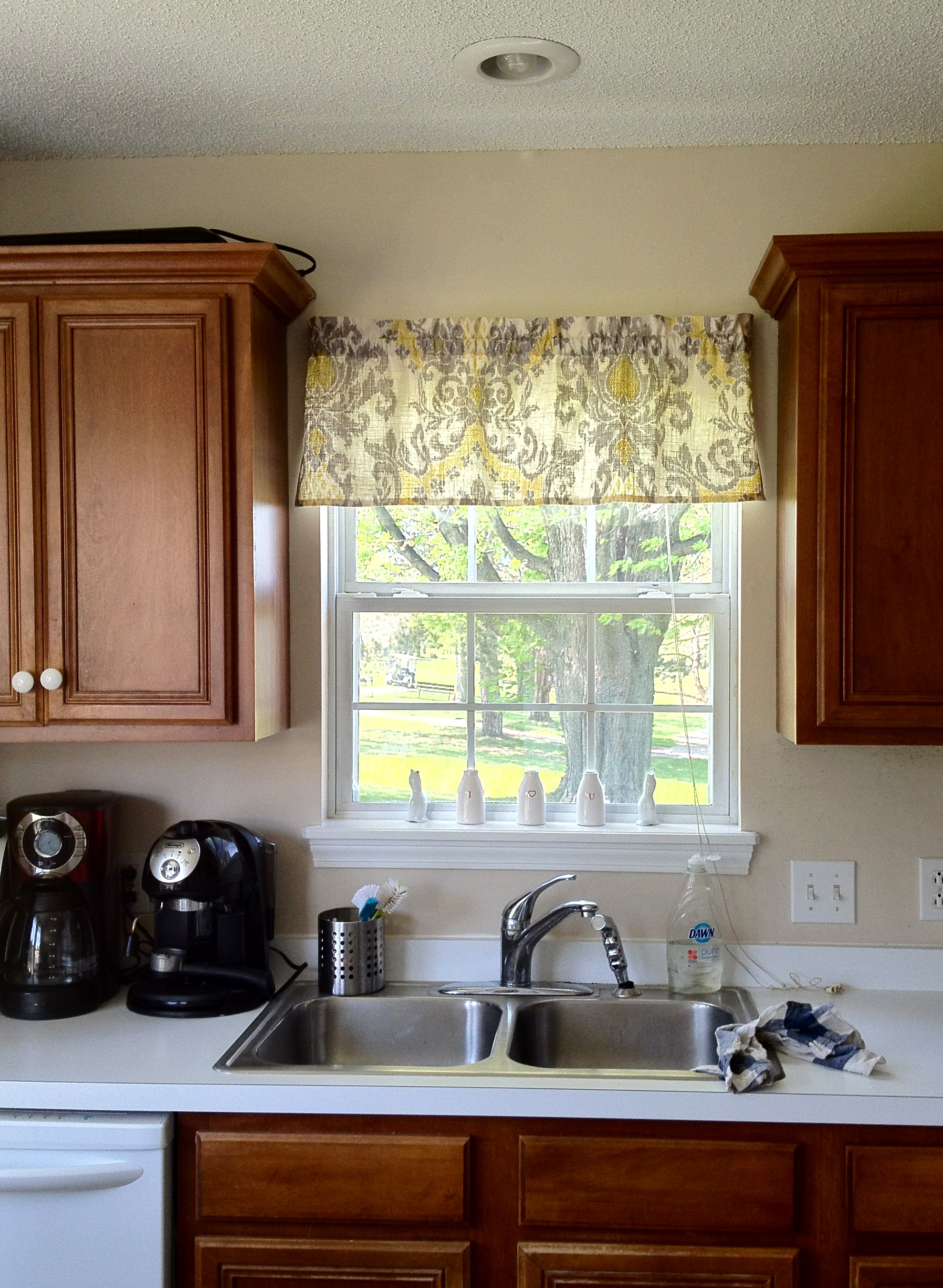 Quick and easy window valance making it with danielle for Kitchen window curtains